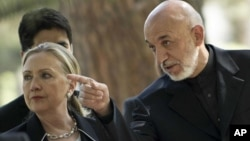 Mentri Luar Negeri AS, Hillary Rodham Clinton (kiri) bersama Presiden Afghanistan Hamid Karzai dalam jumpa pers di Istana Presiden Afghanistan di Kabul (7/7).