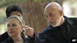 7일 아프가니스탄 카불에서 공동기자회견에 참석한 힐러리 클린턴 미 국무장관(왼쪽)과 하미드 카르자이 아프간 대통령.