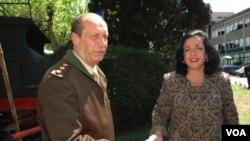 Jefe del Estado Mayor General del Ejército, teniente general Luis Pozzi, y la ministra de Defensa, Nilda Garré.