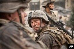 """Aaron Eckhart as Staff Sergeant Michael Nantz in """"Battle: Los Angeles"""""""