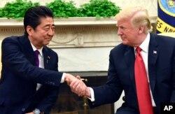 도널드 트럼프 미국 대통령과 아베 신조 일본 총리가 7일 백악관에서 정상회담에 앞서 악수하고 있다.