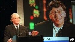 Dalam foto yang diambil tanggal 14 Desember 1995 ini, Robert Wright (kiri) pimpinan eksekutif NBC di New York berbincang dengan pemimpin Microsoft Bill Gates yang sedang berada di Hongkong, mengumumkan kerjasama NBC dan Microsoft.