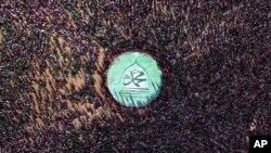 """2015年12月23日是伊斯兰教先知穆罕默德诞生的圣纪节。在也门萨那的庆祝活动上,什叶派胡塞叛军站在一个大旗帜旁,旗上用阿拉伯文写着""""穆罕默德""""。"""