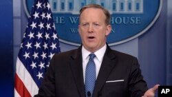 Spicer emitió los comentarios en una rueda de prensa de rutina, durante una discusión sobre el ataque con armas químicas del 4 de abril en Siria.