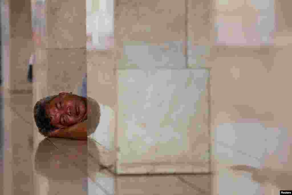این آقا هم فرصت را غنیمت شمرده و تا زمان برگزاری نماز جمعه در مسجد استقلال جاکارتا در اندونزی استراحت می کند.