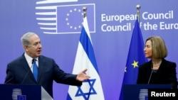 PM Israel Benjamin Netanyahu dan kepala kebijakan luar negeri Uni Eropa Federica Mogherini memberi keterangan singkat kepada media di Dewan Eropa di Brussels, Belgia, 11 Desember 2017.