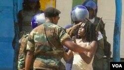 Militar confronta mulher no Cafunfo