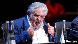 El presidente uruguayo Pepe Mujica firma este lunes la ley de venta de la marihuana.