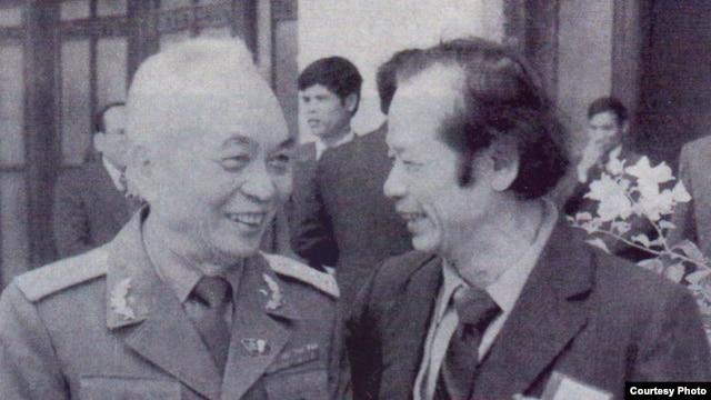 Tướng Giáp và tác giả ngay sau lúc Đại Hội VI bế mạc tại Hội truờng Ba Đình, tháng 12/1986.