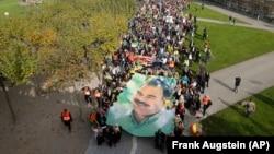 Düsseldorf'da IŞİD'i protesto eden PKK yanlısı Kürtler