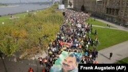 Düsseldorf'ta binlerce kişinin katıldığı gösterilerde Abdullah Öcalan'ın resimleri de taşındı