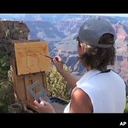 ນາງລິນດາ ໂກລເວີ ກູດຈ໌ ນັກສິລະປິນວາດຮູບ ກໍາລັງແຕ້ມຮູບ ຂອງຫຸບເຂົາ Grand Canyon ໃນເດືອນຕຸລາ 2010.