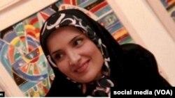 Jounalis iranyen e aktivis Hengameh Shahidi, twouve l nan prizon an Iran depi jen 2018 apre li te fin ekri sou medya sosyal yon atik ki kritike chèf jistis iranyen an Sadegh Larijani.