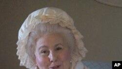 一位妇女扮演华盛顿夫人给参观者讲解