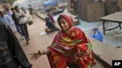 Một bé gái Ấn Độ xin tiền người qua đường gần Jama Masjid trong dịp lễ Eid al-Adha ở New Delhi, ngày 27/10/2012