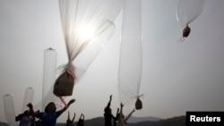 Mantan pembelot Korea Utara yang tinggal di Korea Selatan melepaskan balon berisi kudapan cokelat dan selebaran anti-Pyongyang pada 2013. (Foto: Dok)