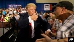 미국 공화당 대선 후보인 도널드 트럼프가 지난달 25일 데스모인에서 열린 유세장에서 지지자들과 악수하고 있다.
