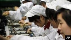 Công nhân làm việc trong dây chuyền sản xuất trong một xí nghiệp Foxconn ở Thâm Quyến