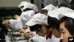 富士康公司在深圳的工厂的工人在生产线上(资料照片)