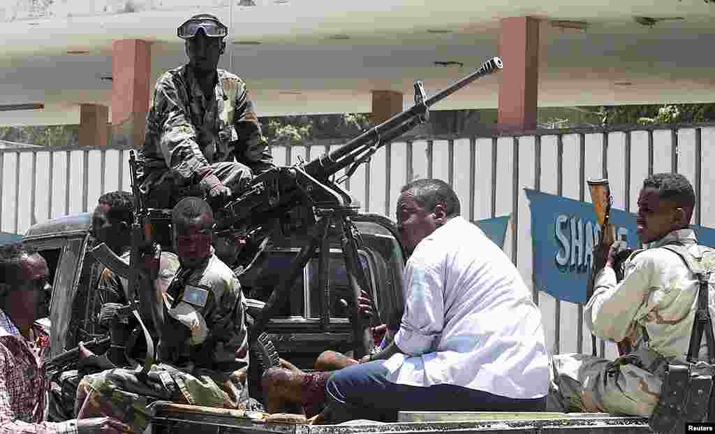 Atentado bombista, perpetrado por uma suicida, no Teatro Nacional de Mogadíscio mata pelo menos 10 pessoas e fere várias outras. Os islamitas consideram o teatro e actividades lúdicas em geral como um pecado. O teatro reabrira em Março.
