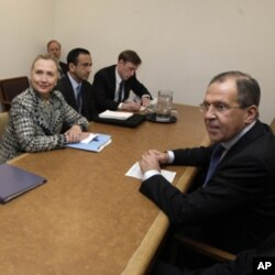 ລັດຖະມົນຕີການຕ່າງປະເທດສະຫະລັດ ທ່ານນາງ Hillary Rodham Clinton, ສົນທະນາກັບ ຄູ່ຕໍາແໜ່ງຈາກຣັດເຊຍ ທ່ານ Sergei Lavrov ເລື່ອງຊີເຣຍ ຢູ່ອົງການສະຫະປະຊາຊາດ ທີ່ນະຄອນນິວຢອກ, ວັນຈັນ ທີ 12 ມີນາ 2012. (AP Photo/Richard Drew)