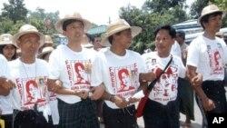 ທ້າວ Ko Ko Gyi (ທີສອງນັບຈາກຊ້າຍ), ທ້າວ Min Ko Naing (ທີສາມນັບຈາກຊ້າຍ), ແລະທ້າວ Htay Kywe (ທີສີ່ນັບຈາກຊ້າຍ) ຊຶ່ງເປັນນັກເຄື່ອນໄຫວທີ່ໂດດເດັ່ນໃນກຸ່ມນັກສຶກສາລຸ້ນ 88 ໄດ້ອອກໜ້ານໍາພາ ພວກສະໜັບສະໜຸນຜູ້ນໍາດ້ານປະຊາທິປະໄຕ ທ.ນ. ອອງຊານຊູຈີ ໃນຂະນະທີ່ພວກເຂົາເຈົ້າພາກັນເຂົ້
