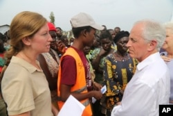 Tennessee Republican Sen. Bob Corker, right, speaks with an official from the World Food Program at the Bidi Bidi refugee settlement in Uganda , April 14, 2017.