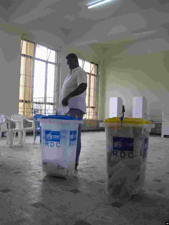 Un Congolais votant a Kinshasa lors des elections congolaises du 28 novembre 2011 NICOLAS PINAULT VOA
