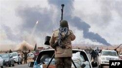 Phe nổi dậy chiến đấu chống lại lực lượng của ông Gadhafi tại thị trấn Sedra, phía đông Libya, ngày 9/3/2011