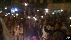 叙利亚沿海城市巴尼亚斯的民众周六晚上举行集会