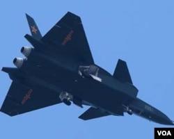 Foto pesawat siluman Tiongkok, J-20 (diambil dari bawah).