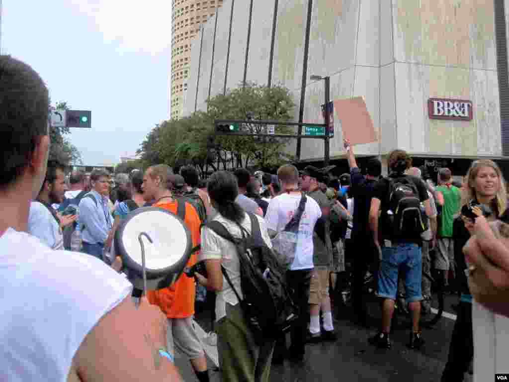 佛罗里达州坦帕市美国共和党全国代表大会现场外面抗议人士集会。(8月27日2012年)
