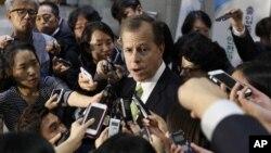 미국의 글린 데이비스 대북정책 특별대표가 30일 서울 외교부 청사에서 윤병세 한국 외교장관과 회담한 후 기자들의 질문에 답하고 있다.