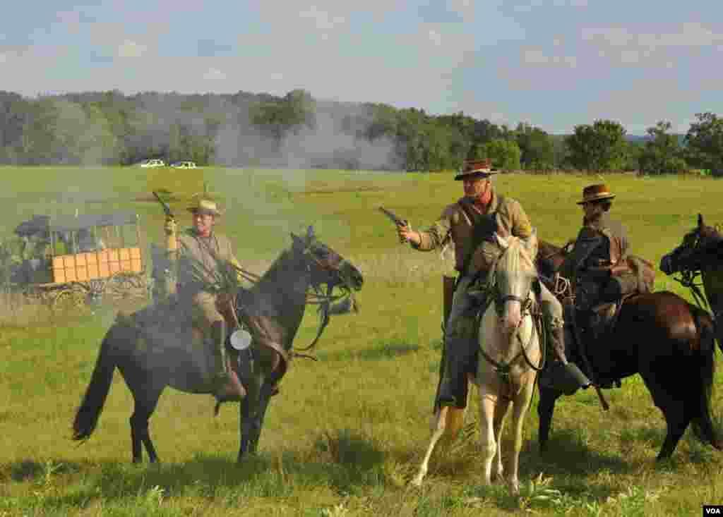 Конфедераты отстреливаются из револьверов