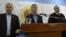 El presidente argentino Mauricio Macri (C) habla en la sede de la Armada sobre la desaparición del submarino, el 24 de noviembre de 2017.