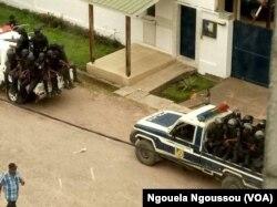 Les forces de police devant le domicile de Blanchard Oba, président de l'IDC au centre-ville de Brazzaville, le 3 octobre 2017. (VOA/Ngouela Ngoussou)