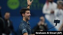 Trijumfalni selfi: Novak Đoković proslavlja pobedu u 2. kolu turnira u Dohi, 2. januara 2018. (Foto: Reuters/Ibraheem Al Omari)