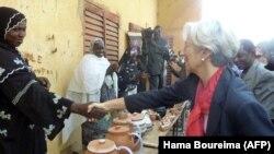 Christine Lagarde dans le village de Bourbon, sur le fleuve Niger, à 30 km à l'ouest de Niamey, le 21 décembre 2011.