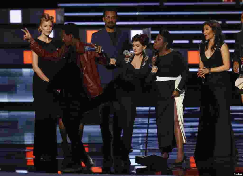 អ្នកស្រី Sharon Osborne ទាត់បុរសម្នាក់ដែលមិនត្រូវបានស្គាល់អត្តសញ្ញាណ ដែលបានឡើងមកបង្អាក់ការថ្លែងទទួលរង្វាន់ដោយសហការីក្នុងកម្មវិធី «The Show»របស់អ្នកស្រី ដែលបានឈ្នះពាន់រង្វាន់ក្រុមការងារកម្មវិធីទូរទស្សន៍ពេលថ្ងៃដែលទទួលបានការពេញចិត្តច្រើនជាងគេ នៅឯពិធីប្រគល់ពានរង្វាន់ People's Choice Awards ឆ្នាំ២០១៦ ដែលត្រូវបានធ្វើឡើងនៅក្រុង Los Angeles រដ្ឋ California នាថ្ងៃទី០៦ ខែមករា ឆ្នាំ២០១៦។