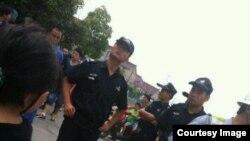 治安警察和特警到罢工抗议现场戒备,没有干预。(微博图片)