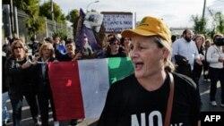 Những người biểu tình đã phóng hỏa xe cộ, đốt quốc kỳ Ý, và ném đá vào cảnh sát tìm cách chận đứng kế hoạch mở thêm một hố rác nữa trong một công viên quốc gia dưới chân Đỉnh Vesuvius.