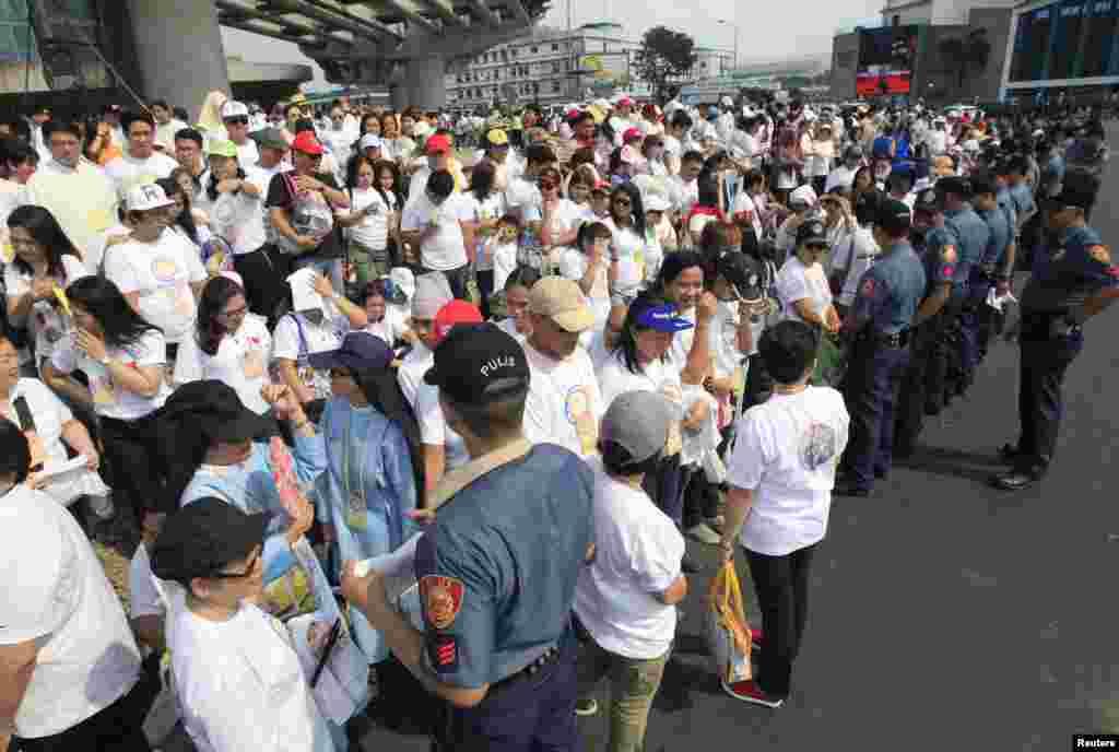 Filippinin Milli Polisi Roma Papasını qarşılayır - Manila, 15 yanvar, 2015