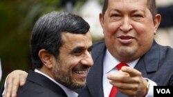El presidente iraní Mahmoud Ahmadinejad y el de Venezuela, Hugo Chávez.