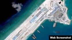 중국이 남중국해 영유권 분쟁 도서인 스프래틀리 군도 피어리 크로스 암초에 매립한 인공섬의 위성 사진. 활주로 등 군사 시설을 건설 중이다. (자료사진)