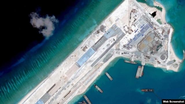 Hình ảnh vệ tinh cho thấy đường băng thứ nhất dài 3.000 mét trên Đá Chữ Thập thuộc quần đảo Trường Sa.