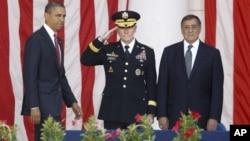 美國參謀長聯席會議主席鄧普西將軍(中)與美國總統奧巴馬(左)2012年資料照。