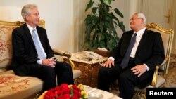 Misr muvaqqat prezidenti Odil Mansur (o'ngda) AQSh davlat kotibi muovini Uilyams Berns bilan Qohirada muloqot qilmoqda
