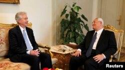 美国副国务卿威廉.伯恩斯(左)和埃及临时政府首脑曼苏尔会谈