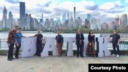 Batik di depan Gedung-gedung Manhattan dan kantor PBB (Courtesy Yayasan TBN)