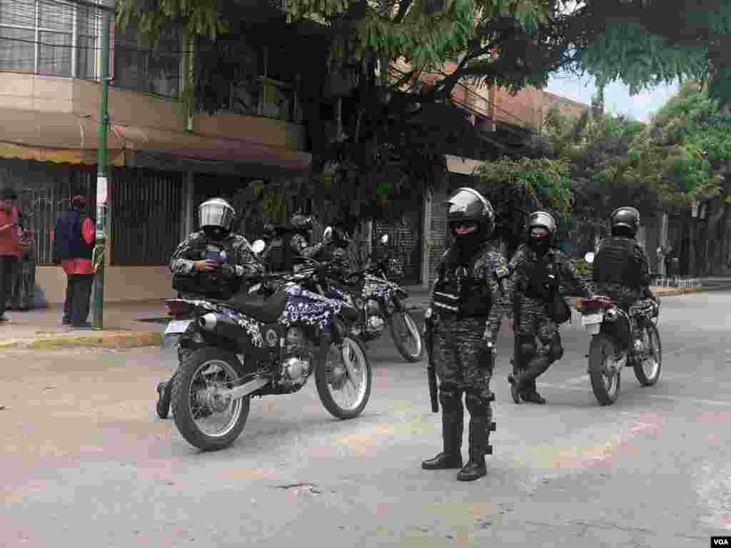 La policía se hizo presente para imponer orden y dispersar o disuadir a quienes llegaron a las protestas.